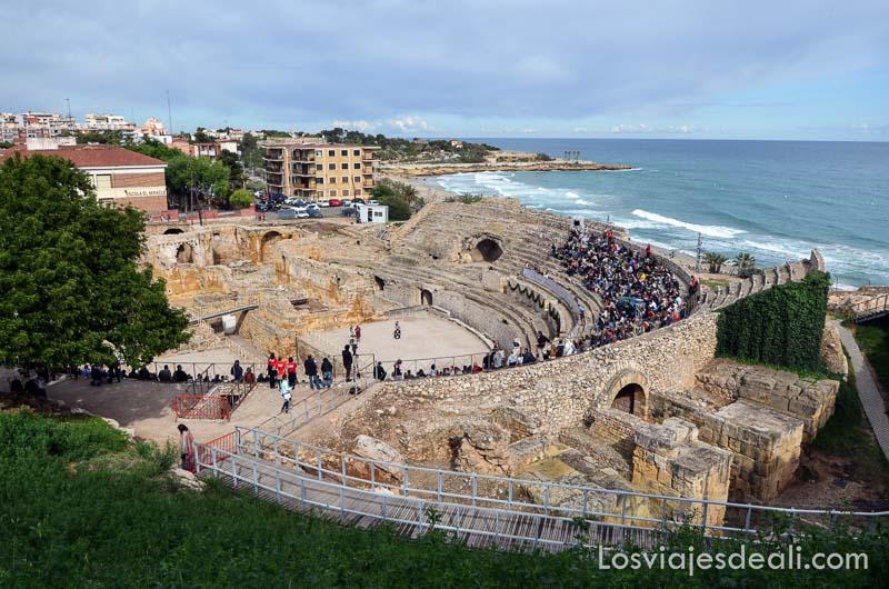 circo romano junto al mar con público en el festival de tarraco viva