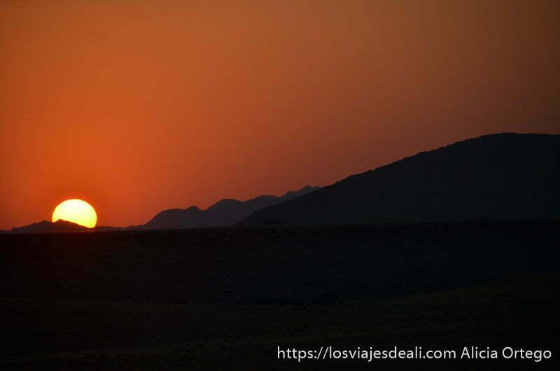 amanecer con el sol como bola de fuego amarilla y cielo muy rojo