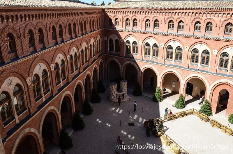 patio triangular del castillo de belmonte