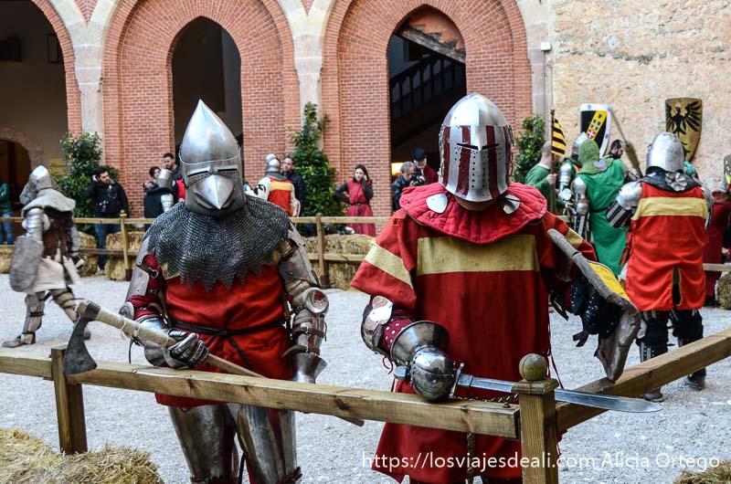 dos guerreros medievales con armadura y casco