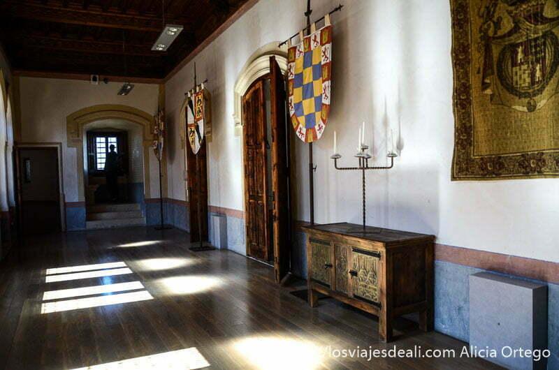 pasillo del castillo de belmonte con muebles antiguos
