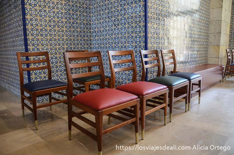 sillas rojas y azules de la laboral