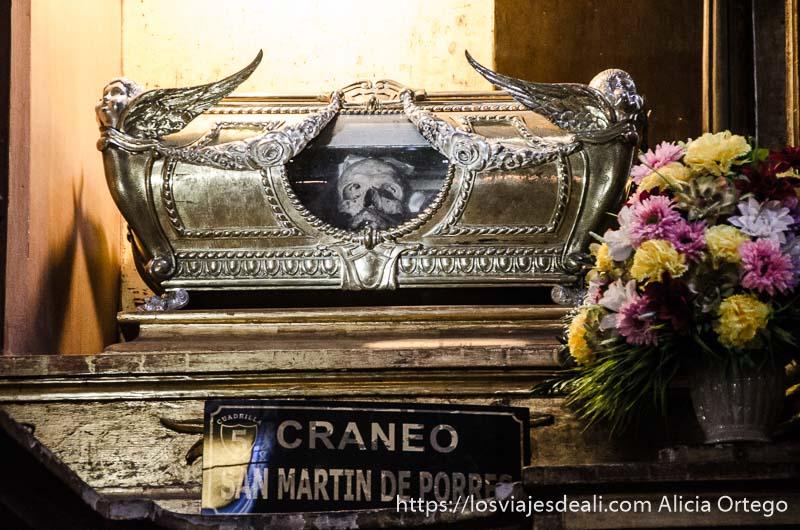 cráneo de san martín de porres en una urna de plata