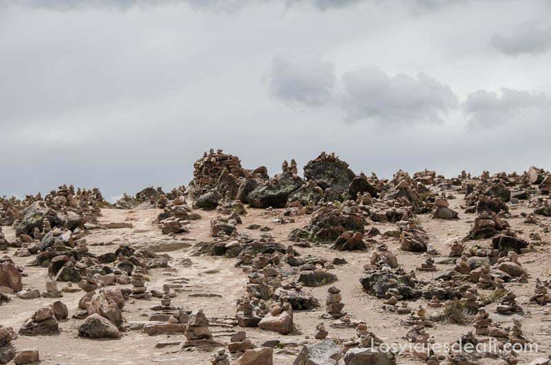 montoncitos de piedras en el altiplano peruano