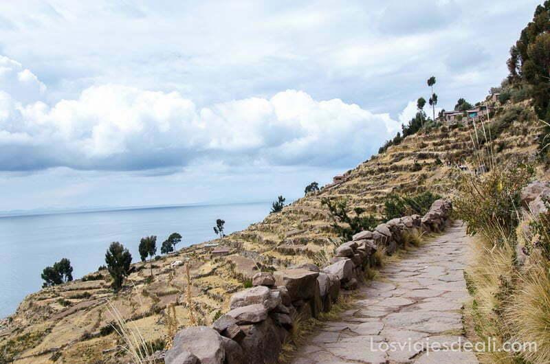 camino de piedra y al lado el mar