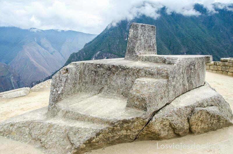 altar de piedra con dos escalones y una piedra vertical donde el sol se posa