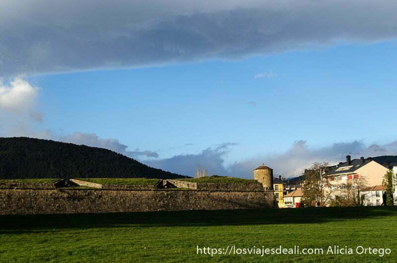 muralla y torre de ciudadela de jaca con cielo azul excepto nube de tormenta horizontal en parte superior de la foto