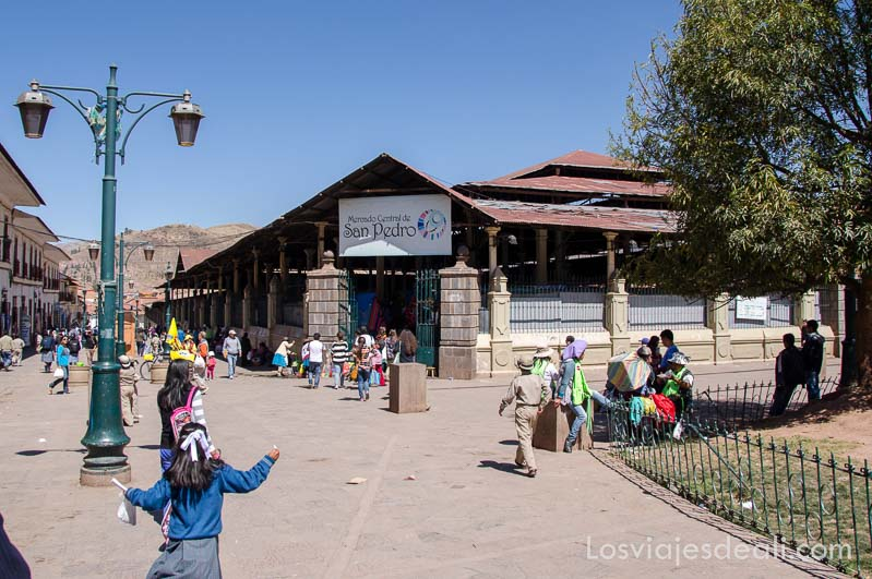 puerta del mercado de san pedro con plaza delante