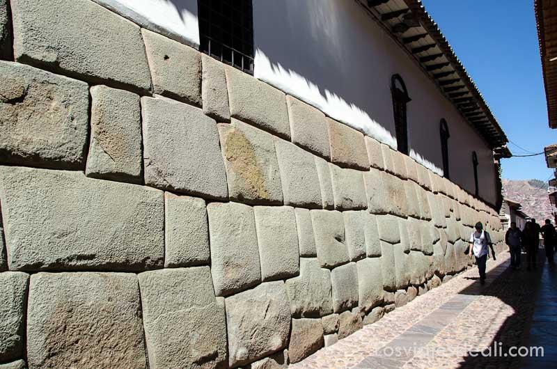calle de cuzco donde está la piedra de los doce ángulos