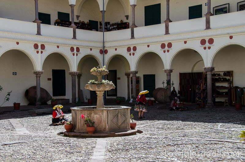 patio del museo inca con arcadas y una fuente en el centro