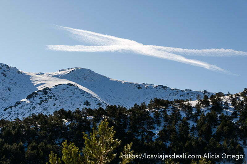 nube en forma de X sobre montaña nevada de la sierra