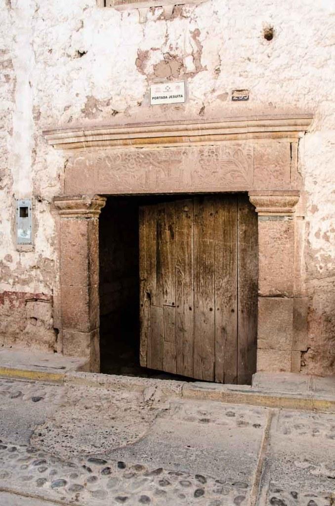 puerta con dintel de piedra con relieves vegetales