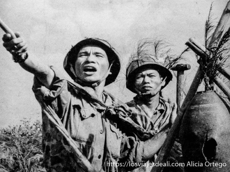 foto de la guerra de vietnam con dos soldados vietnamitas