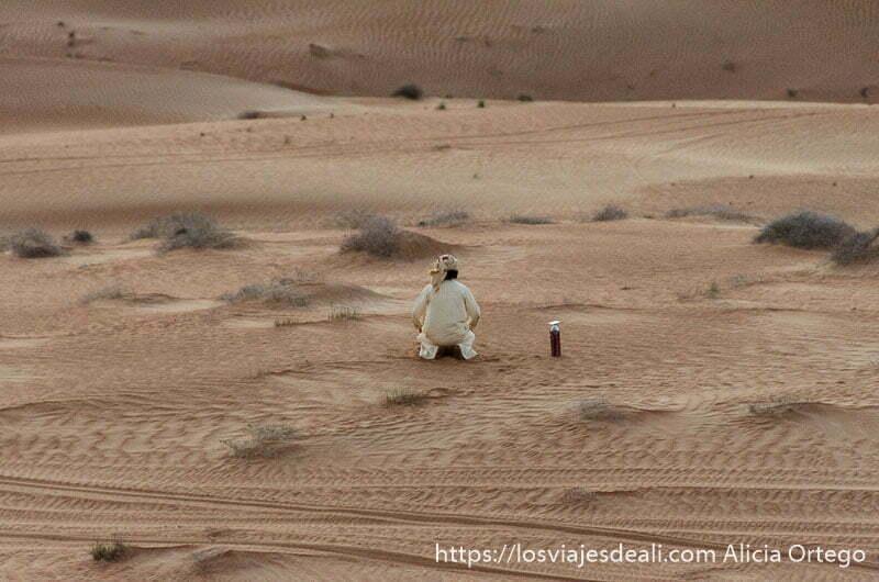 hombre árabe haciendo sus oraciones en el desierto