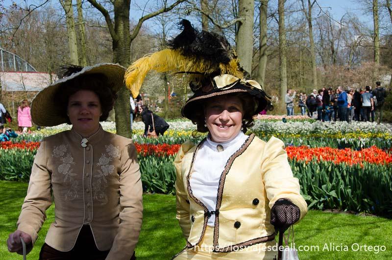 dos señoras vestidas de época en el parque de keukenhof
