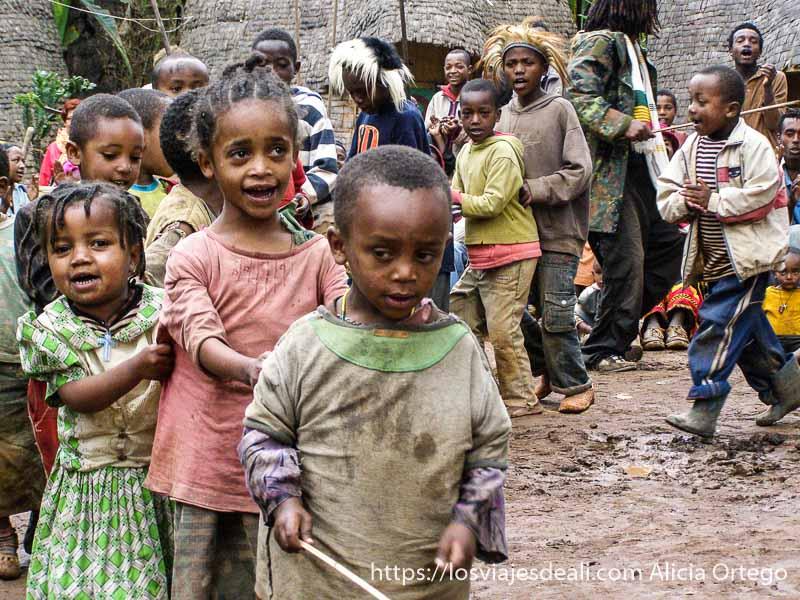fila de niños cantando en una aldea dorze
