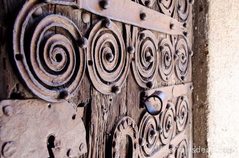 detalle de puerta de hierro con formas en espiral