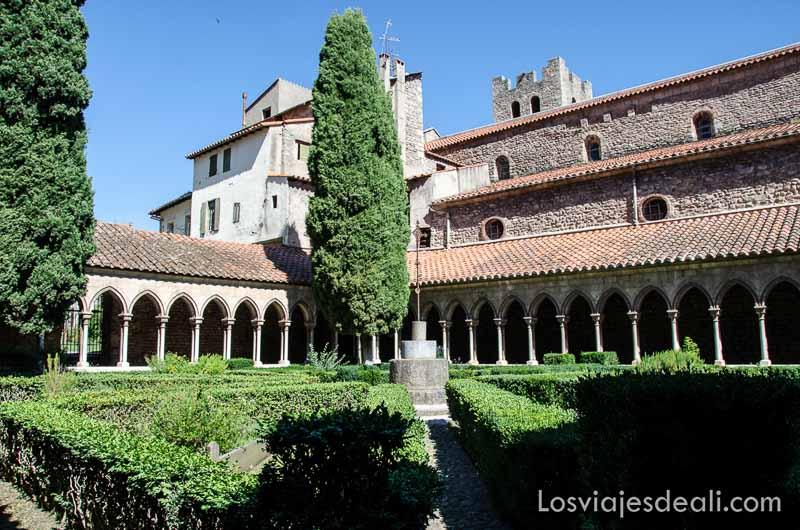 claustro de iglesia románica