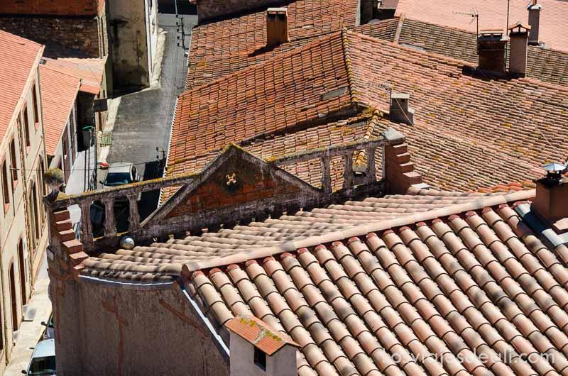 tejados de tejas rojas en el pueblo de belesta en francia