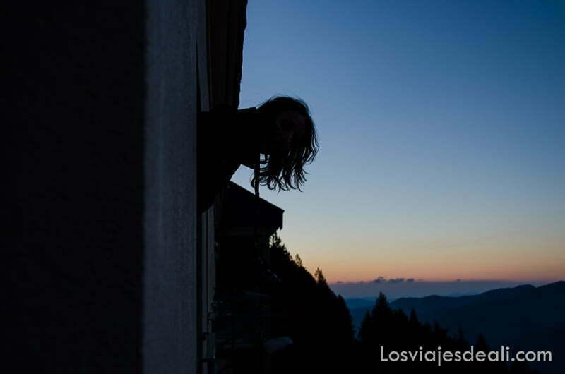 sara asomada por la ventana del refugio la batére al amanecer