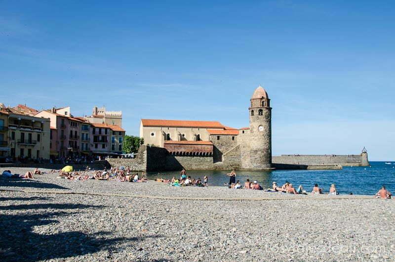 torre redonda de collioure junto a playa de guijarros