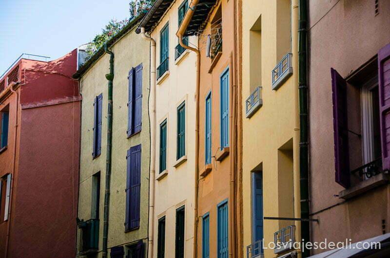 fachadas de colores con ventanas de madera