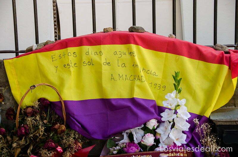 bandera republicana y flores en la tumba de Antonio Machado
