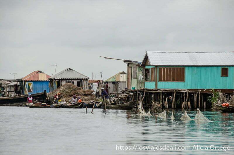 casas palafitos sobre el agua con paredes de colores en ganvie