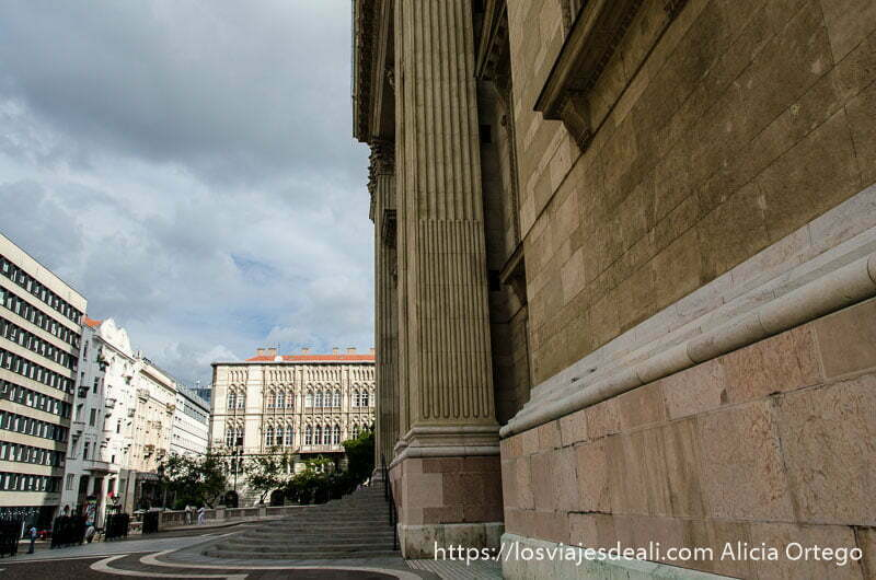 vista lateral de entrada a iglesia calles de budapest