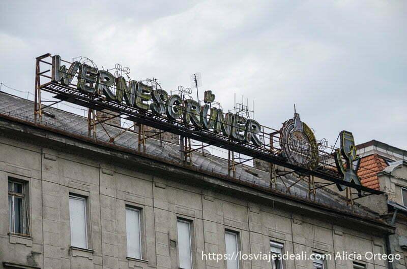 cartel antiguo en la cornisa superior de un edificio calles de budapest