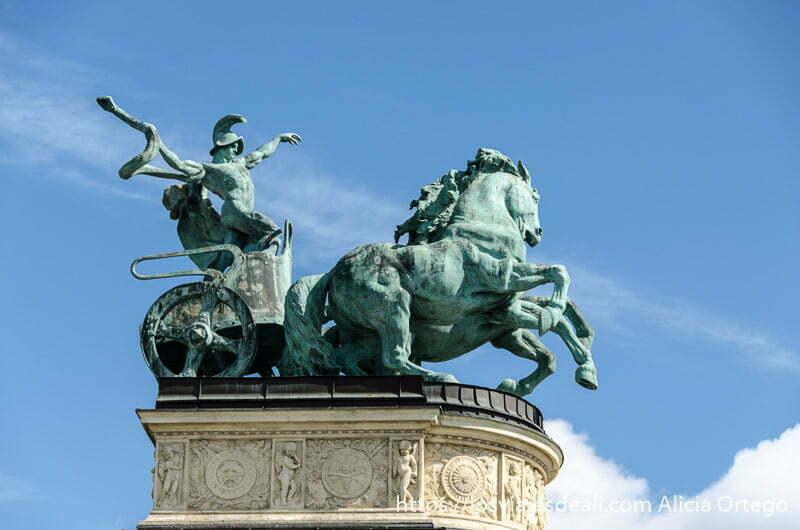 estatua de bronce enorme de un auriga en su carro con caballos encabritados calles de budapest