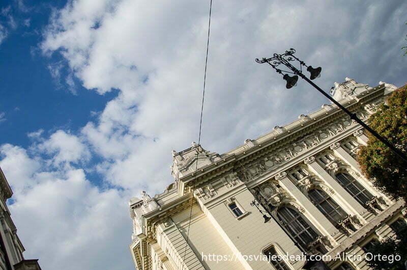 vista de parte superior de edificio cables de tranvía y cielo con nubes blancas calles de budapest