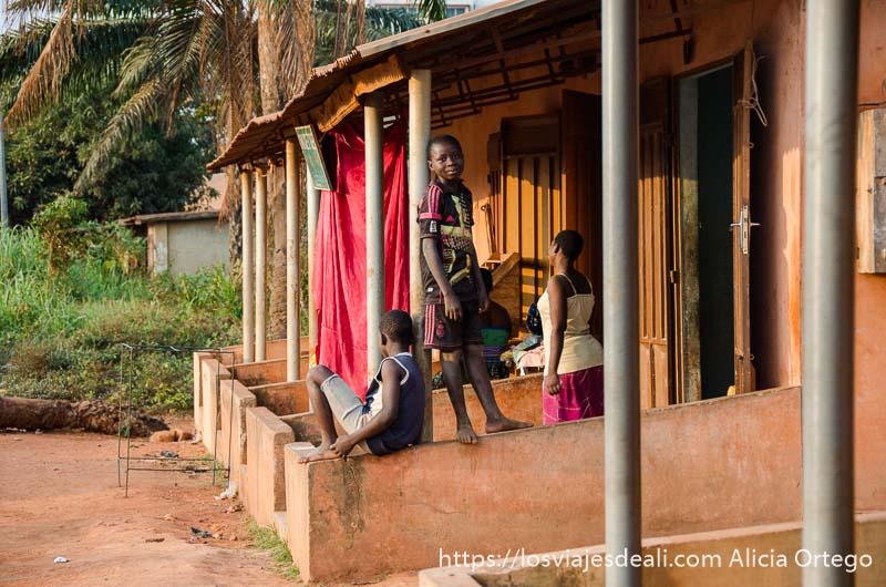 niños en la puerta de su casa con luz de atardecer en abomey