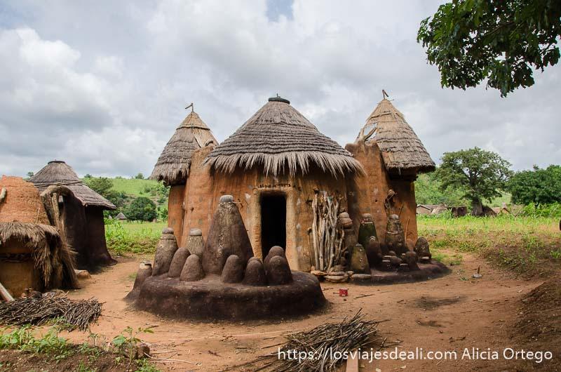 tata somba con distintas habitaciones y los ancestros delante representados por figuras de barro amorfas de distintos tamaños tribus de benin