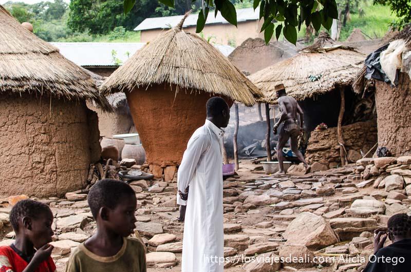 pueblo con chozas de barro y techos de paja y suelo de piedras tribus de benin