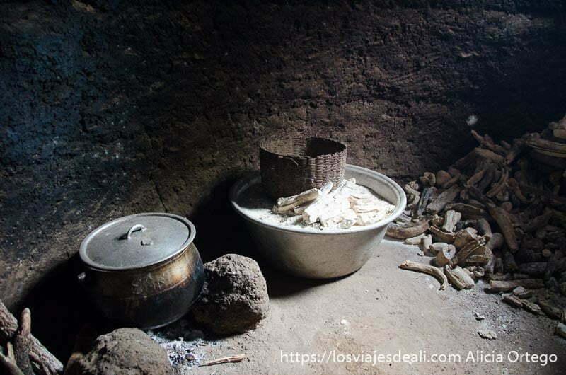ollas de hierro y barreño con harina en cocina de casa somba tribus de benin