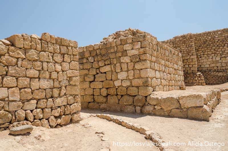 muros con puerta de acceso de la antigua ciudad de khor rori visitas que hacer cerca de salalah