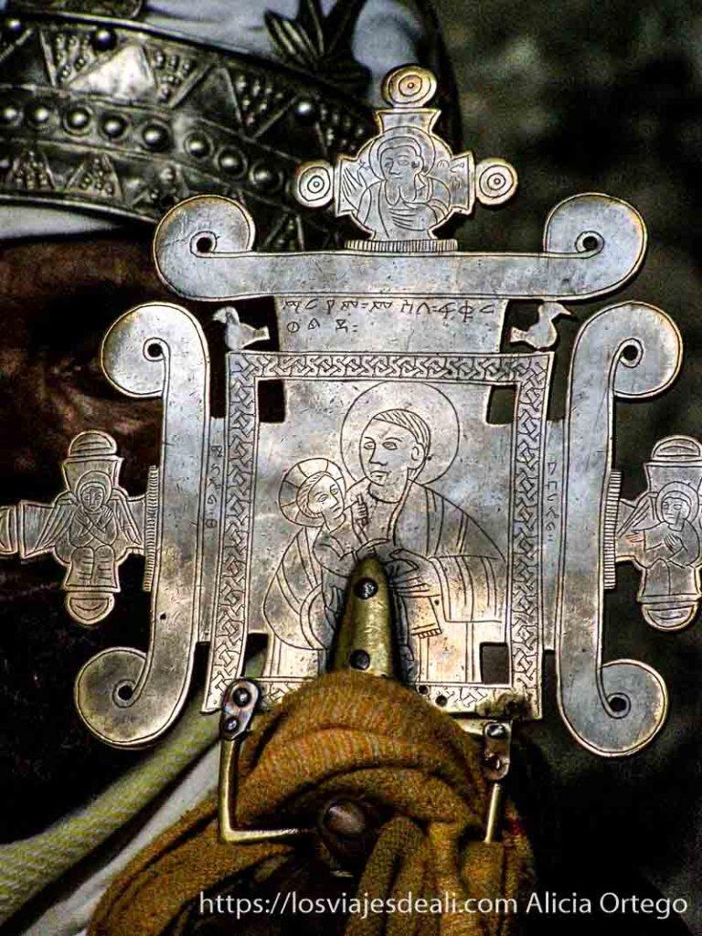 cruz de metal con grabado de jesucristo y la virgen maría iglesias de etiopía