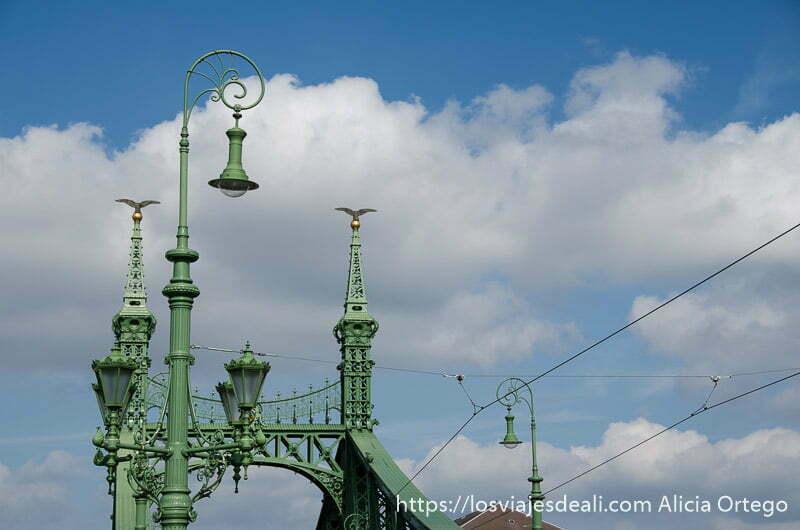farolas de hierro de color verde en uno de los puentes de budapest