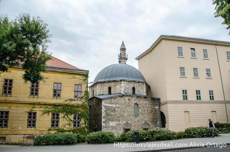 mezquita otomana encajonada entre dos edificios qué ver en pécs