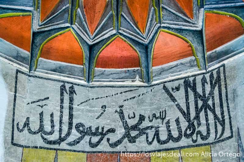 aleya del corán pintada en los muros de la mezquita qué ver en pécs