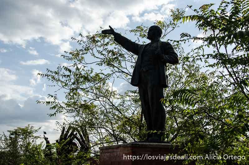 estatua de lenin con mano extendida pasado comunista de budapest