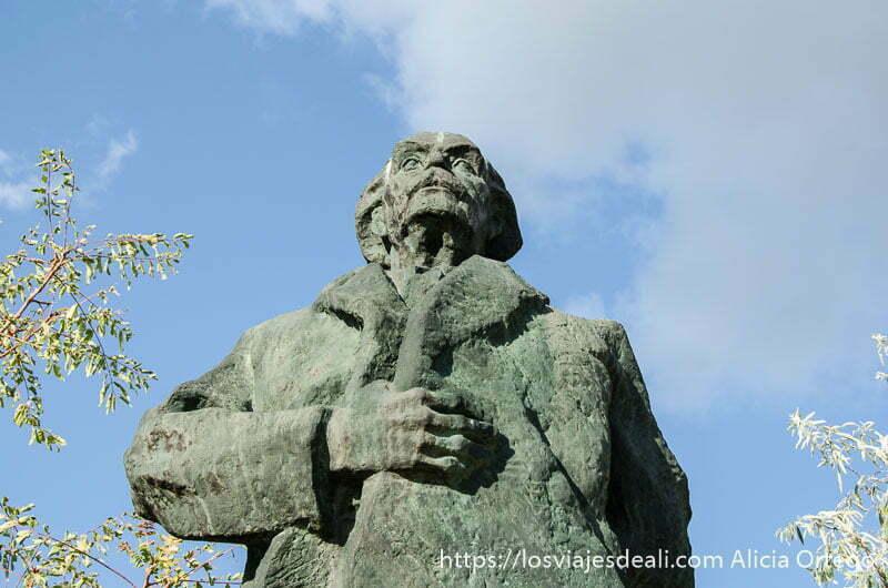 estatua de escritor comunista de bronce pasado comunista de budapest
