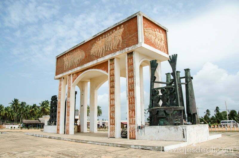 puerta de los esclavos en la playa de ouidah con esculturas de bronce