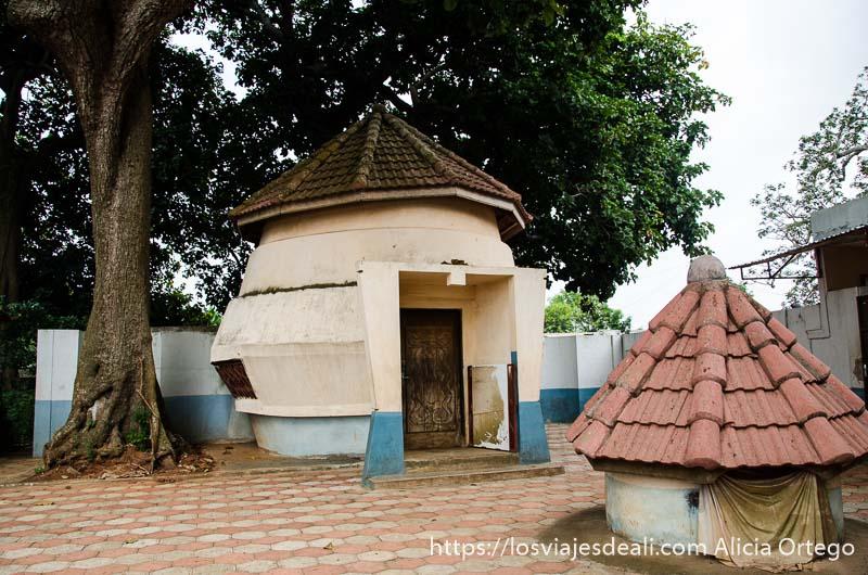 construcción pequeña y redonda en el patio del templo donde habitan las pitones en ouidah benin