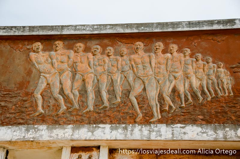 mural con filas de esclavos encadenados historia de la esclavitud en benin