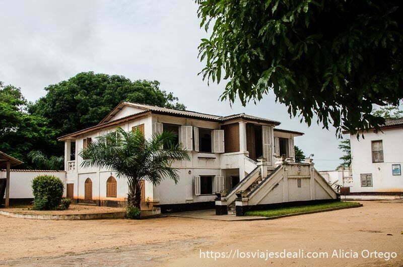 casa de madera pintada de blanco en un patio grande en el fuerte de los franceses de ouidah historia de la esclavitud en benin