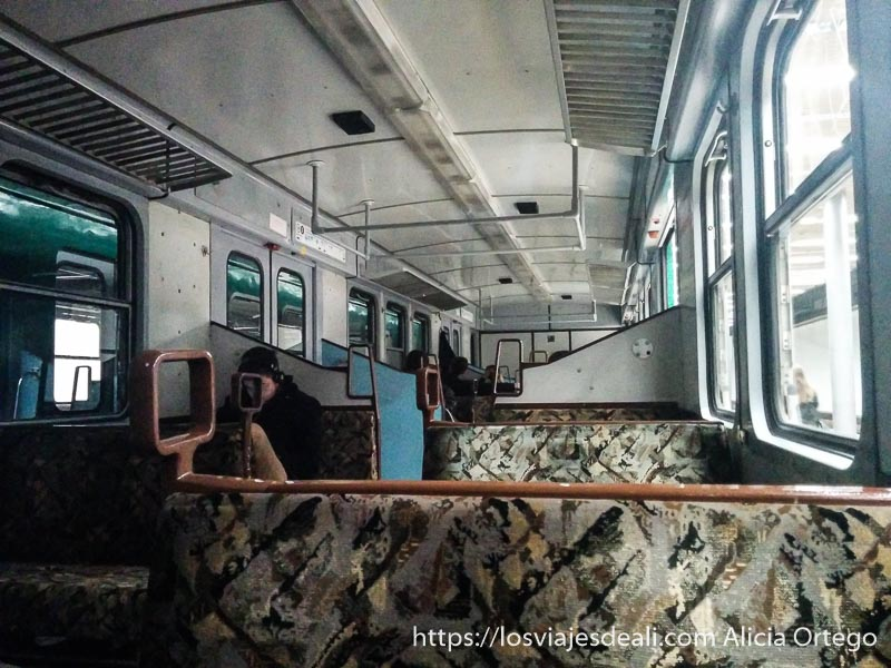 interior tren de cercanías húngaro para ir a Szentendre