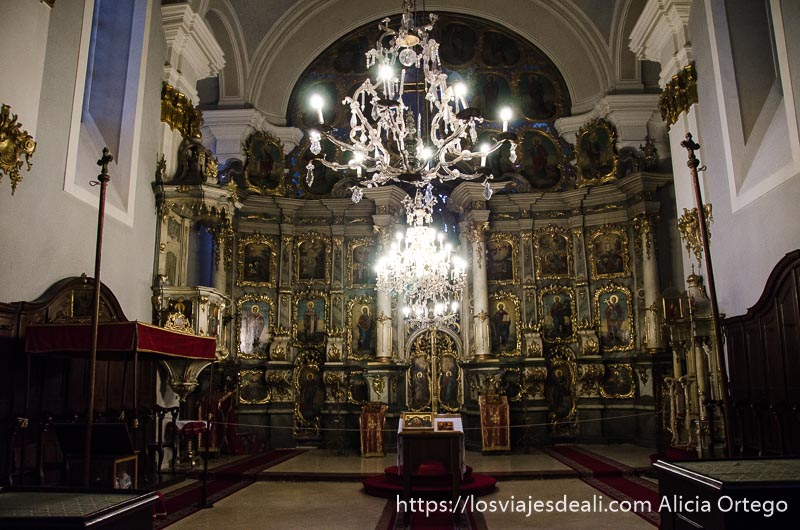 altar de iglesia ortodoxa muy barroca de szentendre