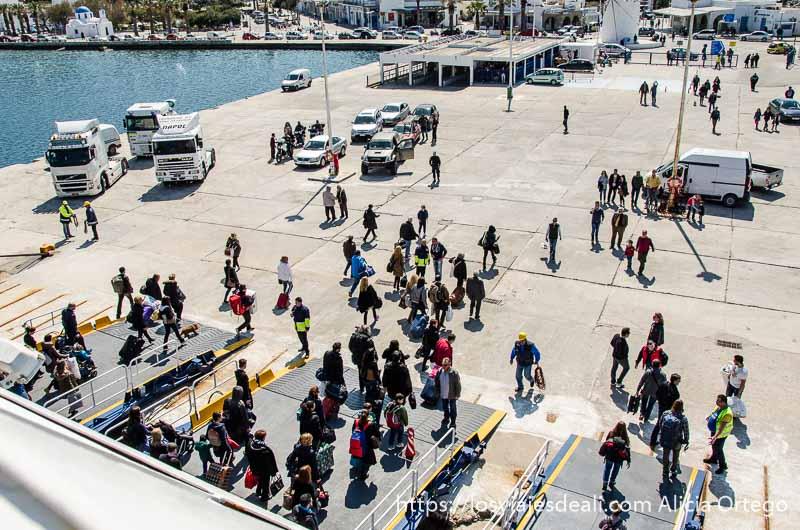 gente bajando del ferry en una isla grecia en temporada baja